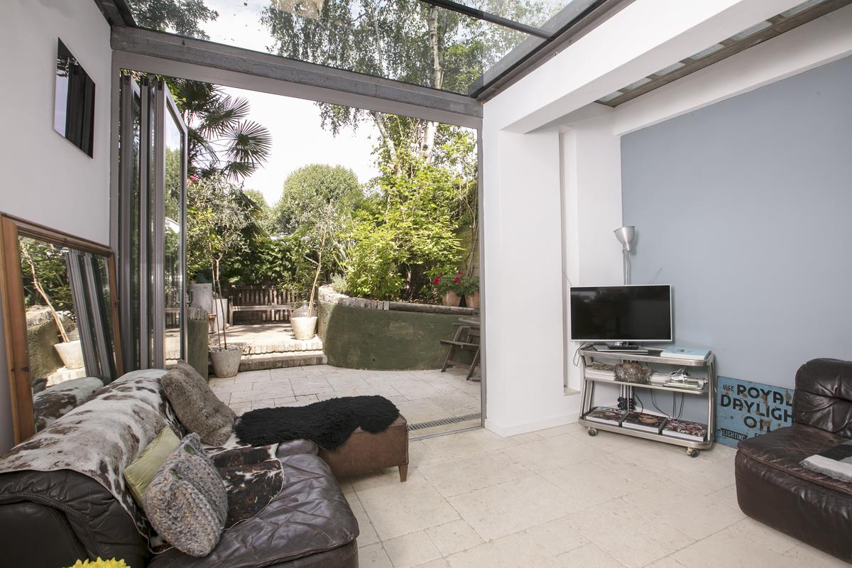 House - Terraced For Sale in Choumert Road, SE15 361 view1